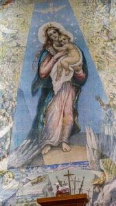 """Altorinės sienos freska """"Marija Taikos Karalienė""""."""
